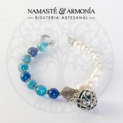 Pulsera Piedras Naturales Azules y perlas de agua imitación con dije llamador de Ángel.